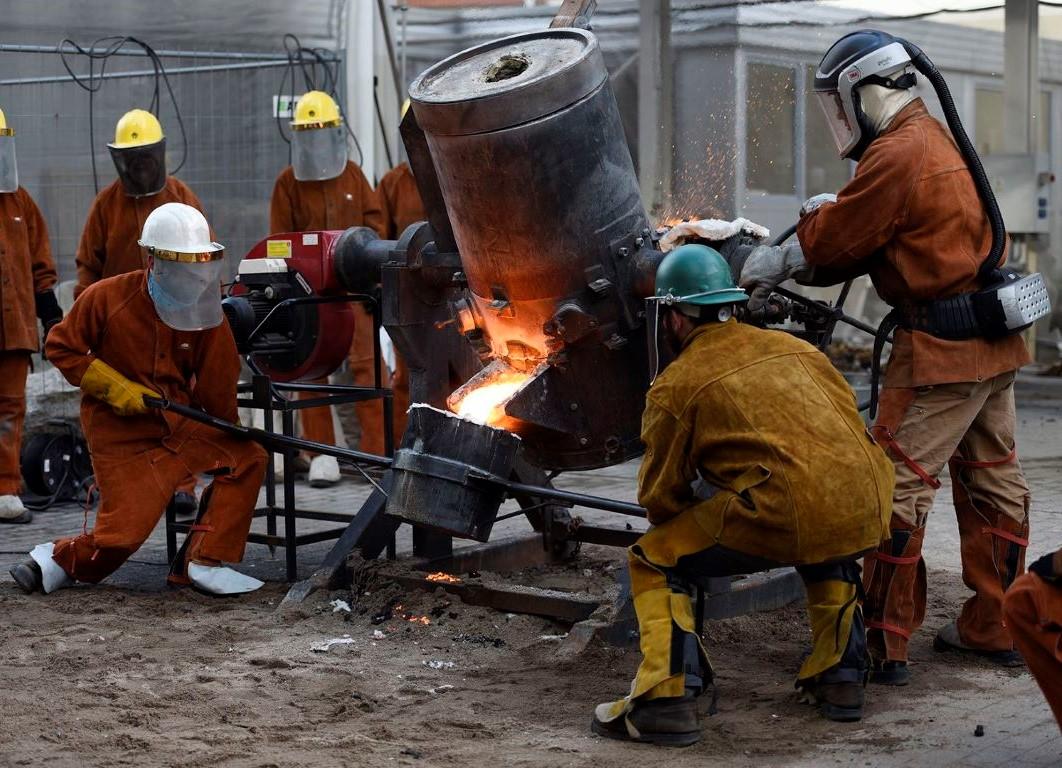 Iron pour from a tilting furnace by Michał Staszczak